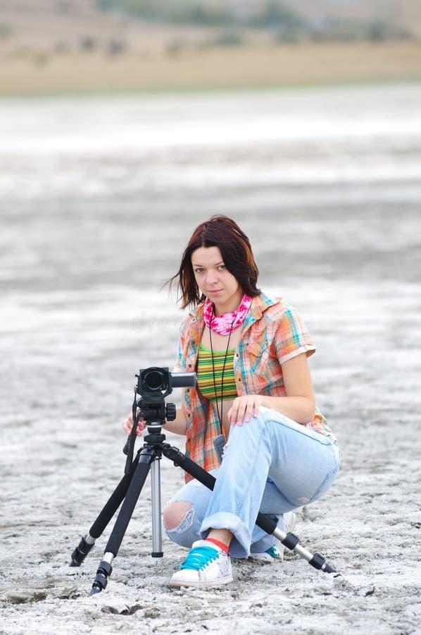 Mujer joven que hace la película fotos de archivo libres de regalías