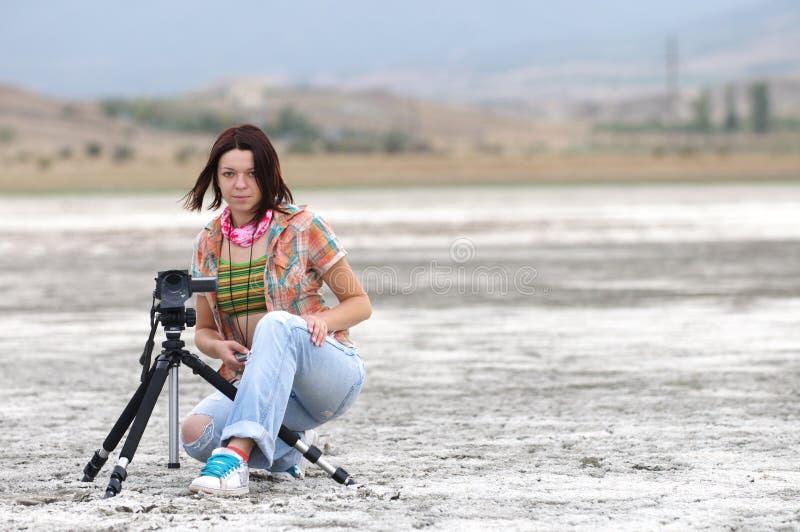 Mujer joven que hace la película foto de archivo