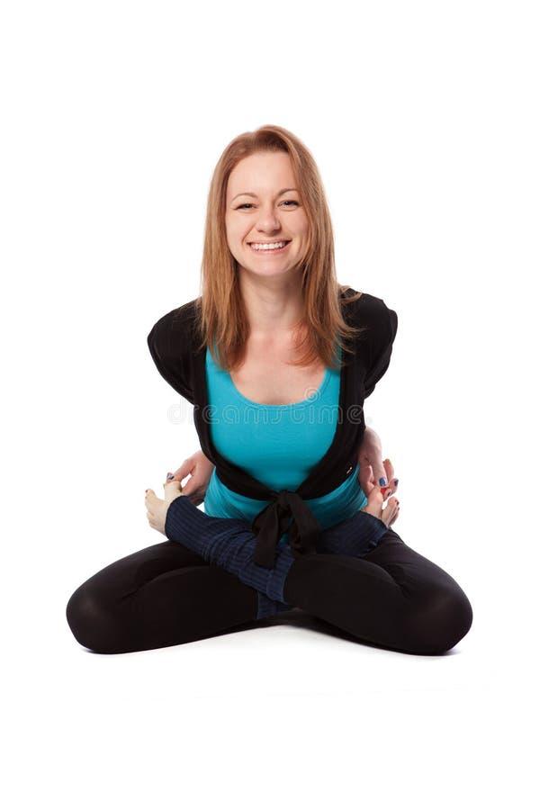Mujer joven que hace yoga fotos de archivo