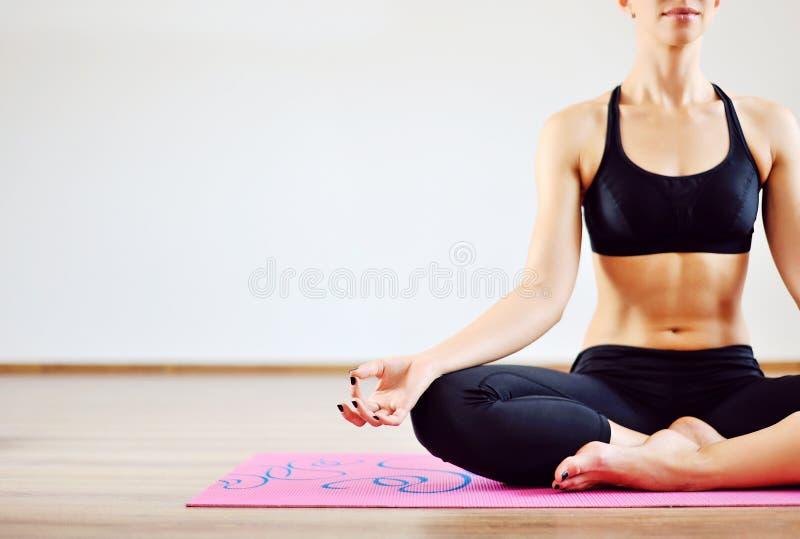 Mujer joven que hace yoga dentro foto de archivo libre de regalías