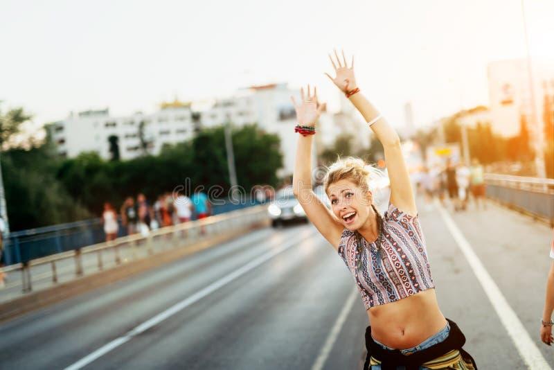 Mujer joven que intenta coger un taxi imagenes de archivo
