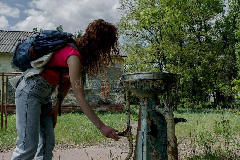 Mujer joven que intenta encontrar el agua foto de archivo libre de regalías