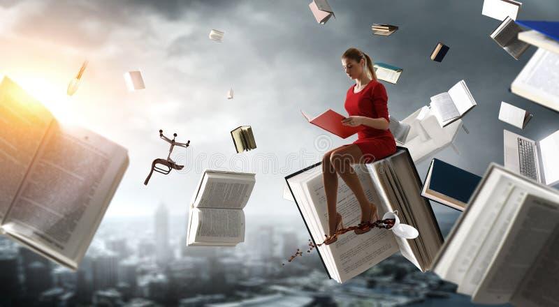 Mujer joven que lee un libro T?cnicas mixtas imagen de archivo libre de regalías