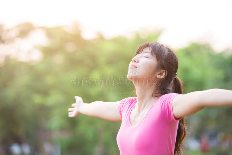 Mujer joven que levanta sus brazos imagen de archivo libre de regalías