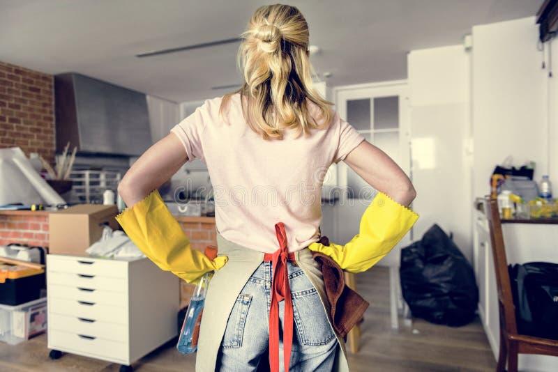 Mujer joven que limpia la casa foto de archivo libre de regalías