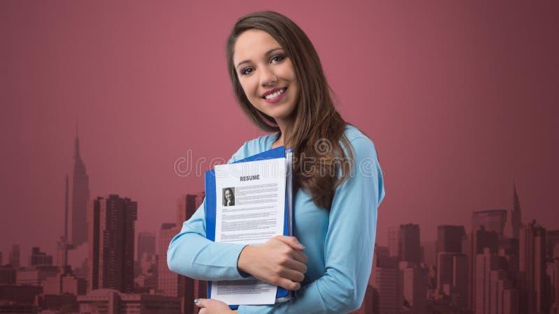 Mujer Joven Que Lleva A Cabo Su Curriculum Vitae Foto de archivo ...