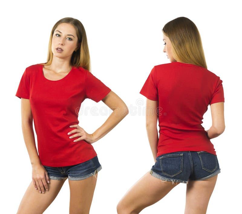 Mujer joven que lleva la camisa roja en blanco foto de archivo