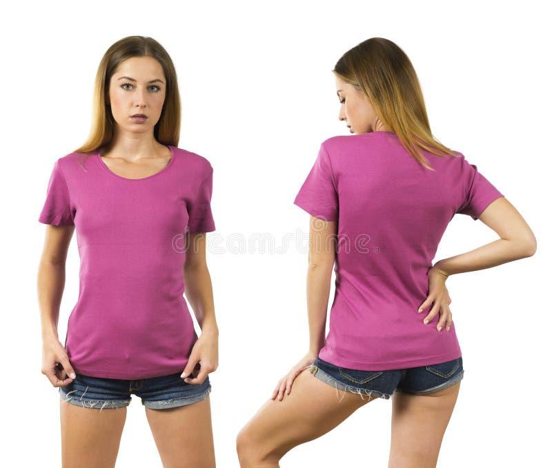 Mujer joven que lleva la camisa rosada en blanco fotografía de archivo libre de regalías