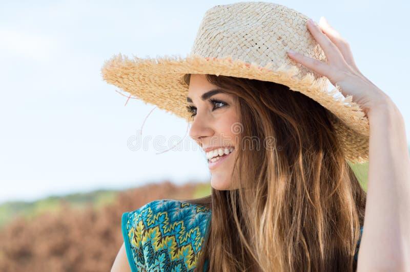 Mujer joven que lleva a Straw Hat imagen de archivo