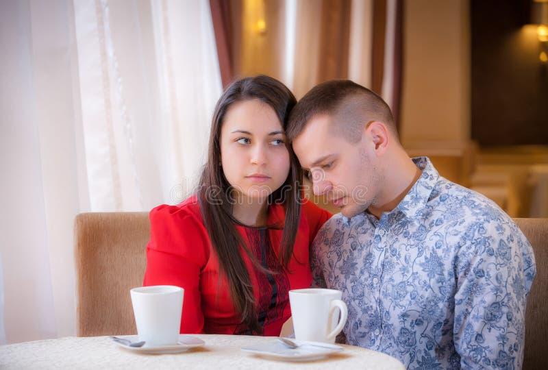 Mujer joven que llora en café imagen de archivo libre de regalías