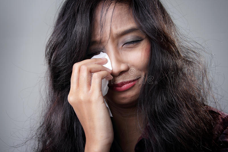 Mujer joven que llora en la desesperación imágenes de archivo libres de regalías