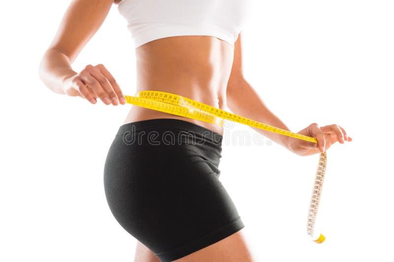 Mujer que mide su cintura perfecta fotografía de archivo libre de regalías