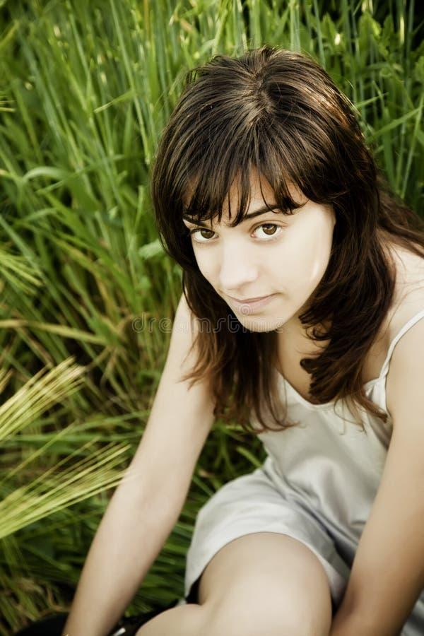 Mujer Joven Que Mira Fijamente La Cámara Foto de archivo