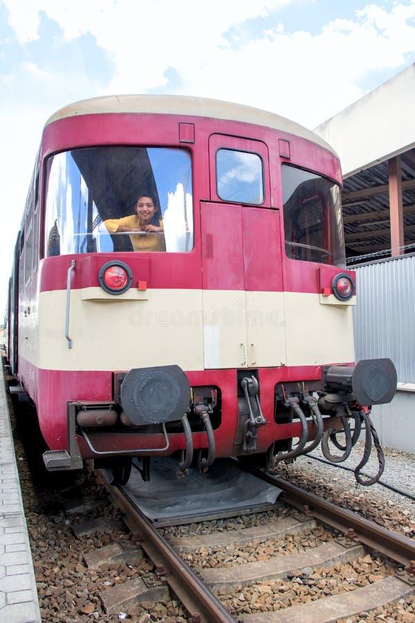 Mujer joven que mira hacia fuera la ventana del tren fotos de archivo libres de regalías