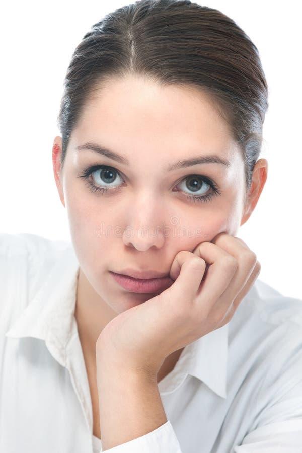 Mujer joven que mira la cámara fotografía de archivo libre de regalías