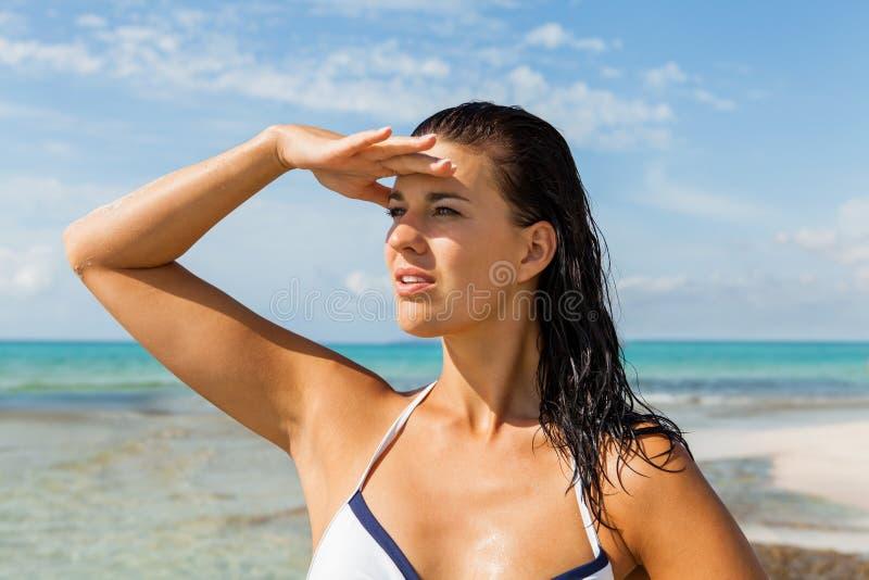 Download Mujer Joven Que Mira Lejos En La Playa Imagen de archivo - Imagen de muchacha, mano: 41911599