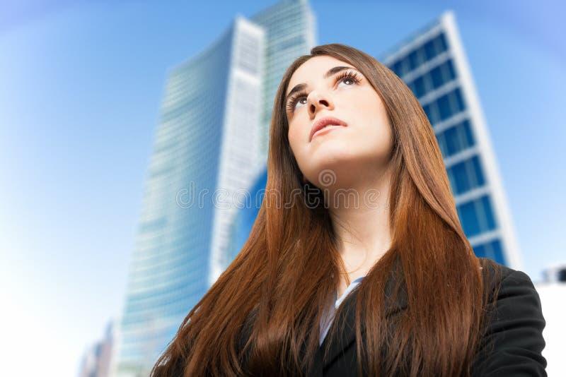 Mujer joven que mira para arriba fotos de archivo