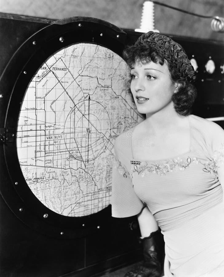 Mujer joven que mira un radar (todas las personas representadas no son vivas más largo y ningún estado existe Garantías del prove imagen de archivo libre de regalías