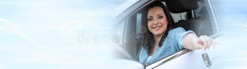 Mujer joven que muestra nuevas llaves del coche Bandera panorámica ilustración del vector