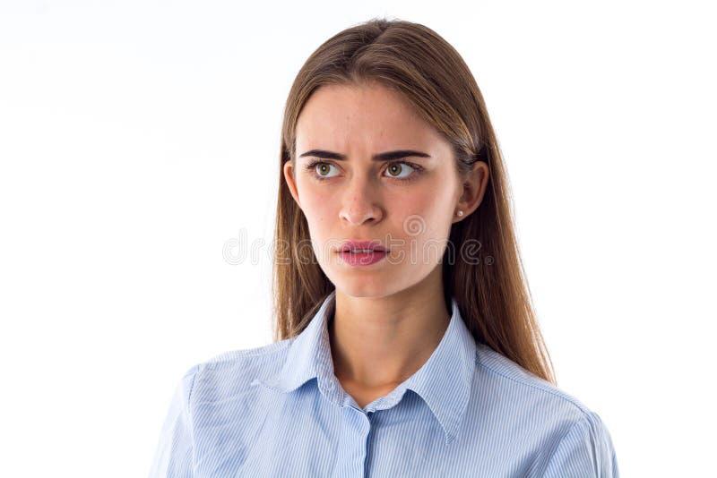 Mujer joven que parece asustada imagen de archivo libre de regalías