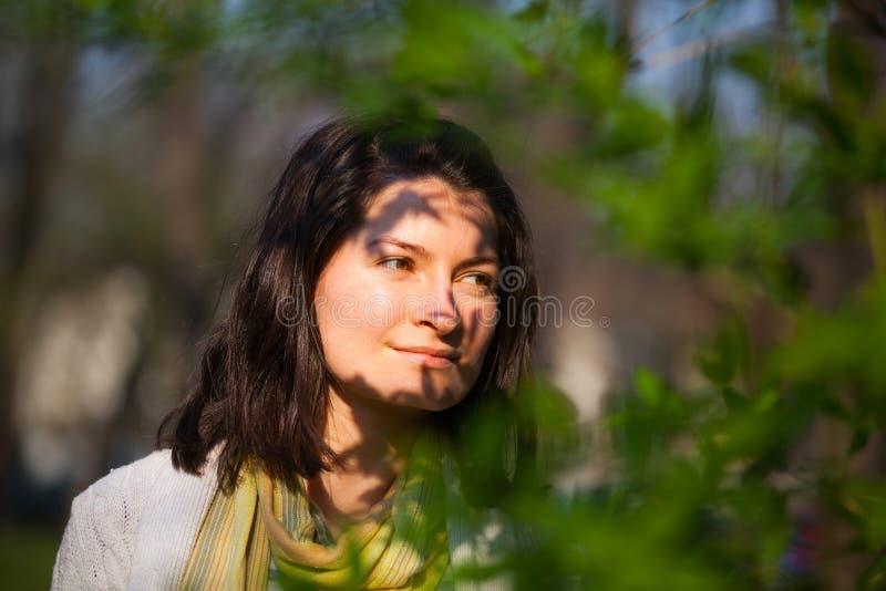 Mujer joven que parece lejana fotografía de archivo