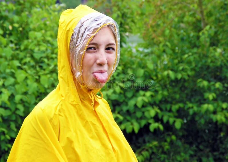 Mujer joven que pega la lengüeta hacia fuera fotografía de archivo