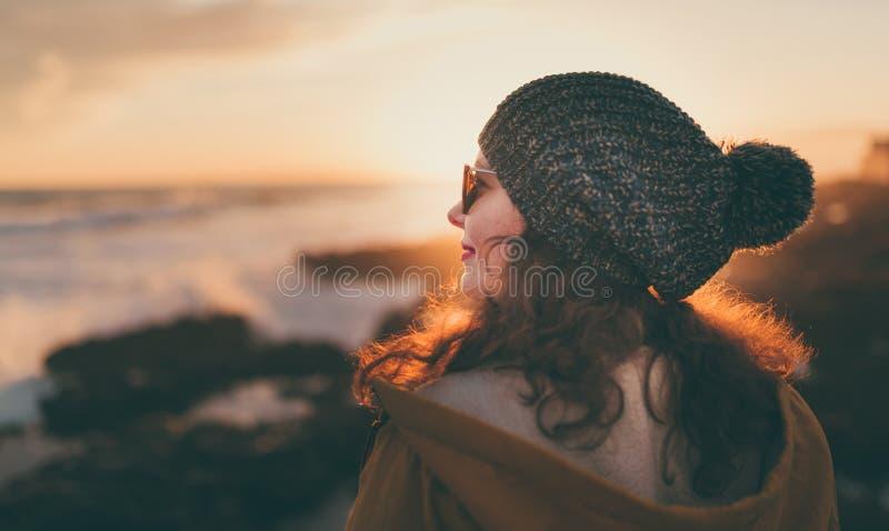 Mujer joven que presenta delante de la puesta del sol en Italia, concepto del viaje imagen de archivo