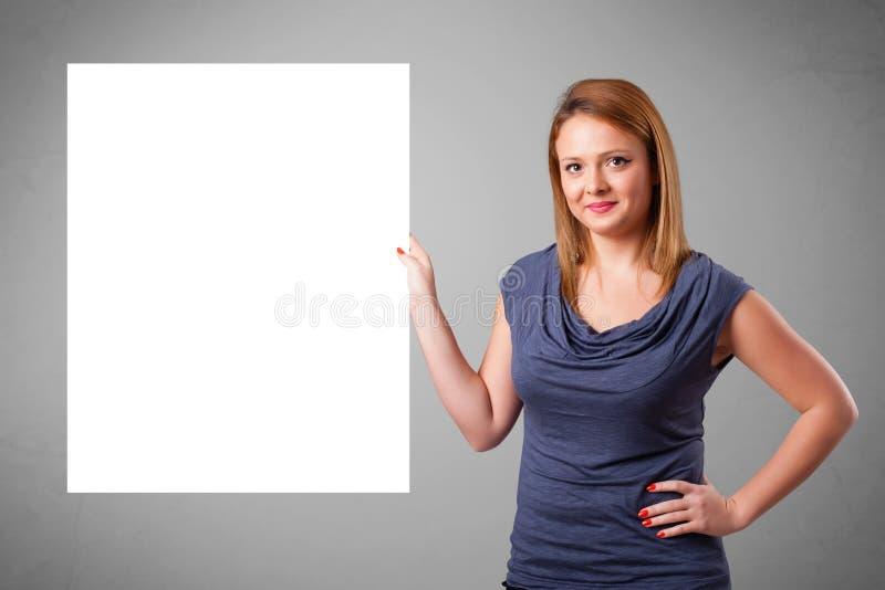 Mujer joven que presenta el espacio de la copia del Libro Blanco fotos de archivo