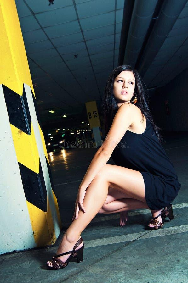 Mujer joven que presenta en garage de subterráneo fotos de archivo