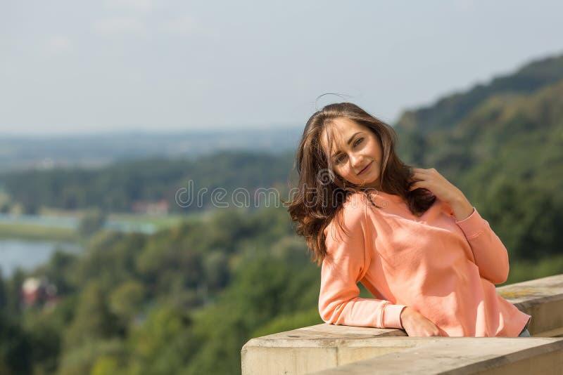 Mujer joven que presenta para la cámara al aire libre Naturaleza foto de archivo
