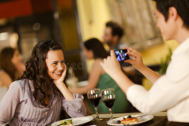 Mujer joven que presenta para una foto foto de archivo libre de regalías