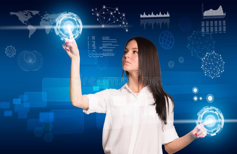 Mujer joven que presiona los botones usando dos manos y libre illustration