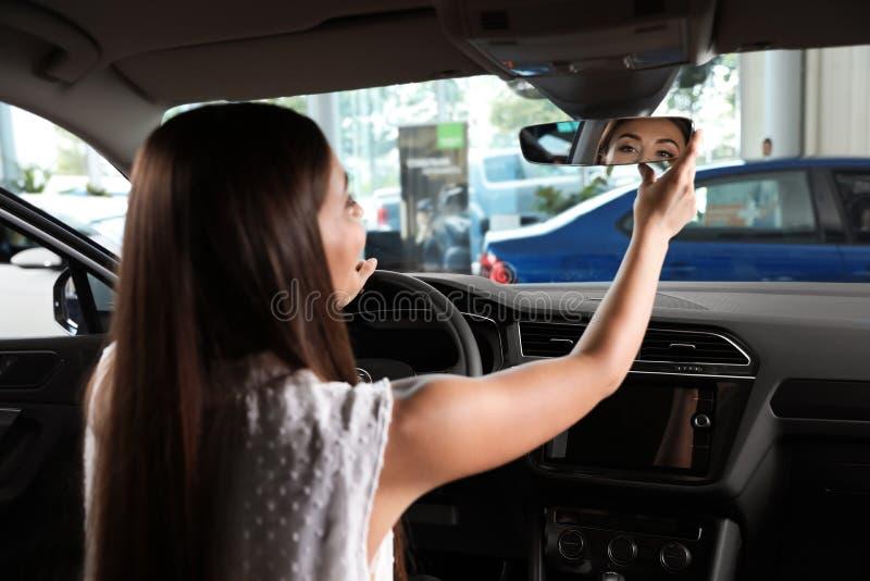 Mujer joven que prueba el nuevo coche fotografía de archivo libre de regalías