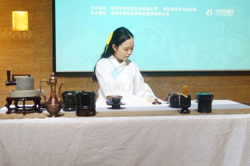 Mujer joven que realiza la ceremonia de té imagen de archivo libre de regalías
