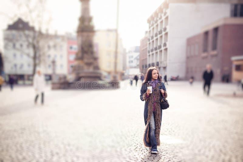 Mujer joven que recorre en la ciudad foto de archivo