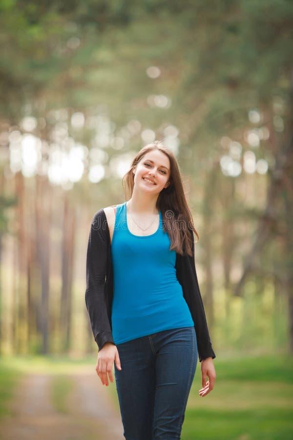 Mujer joven que recorre en parque imagenes de archivo