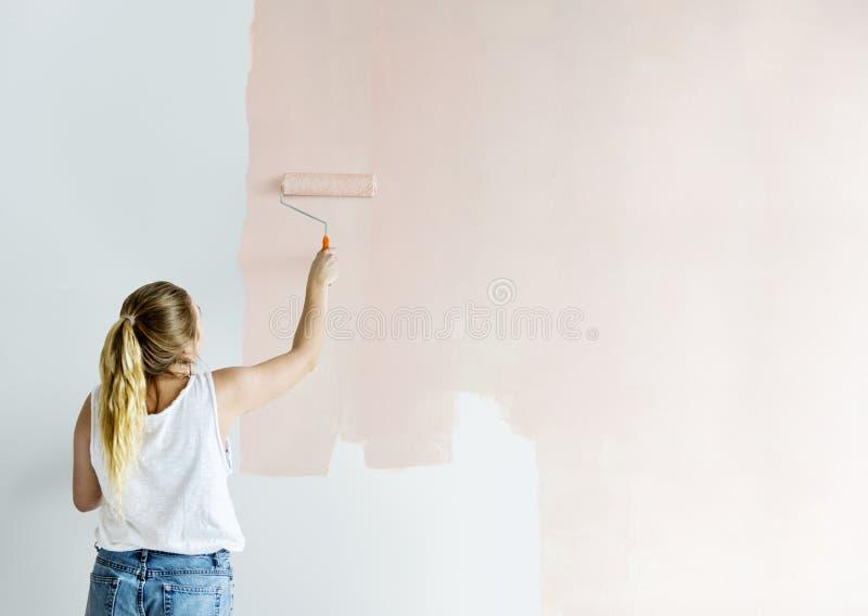 Mujer joven que renueva el concepto de la casa DIY fotografía de archivo libre de regalías