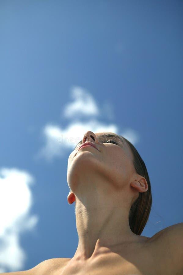 Mujer joven que respira imagen de archivo libre de regalías