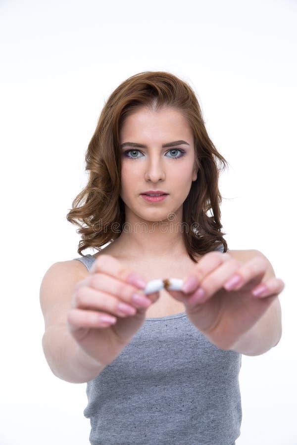 Mujer joven que rompe el cigarrillo fotografía de archivo libre de regalías