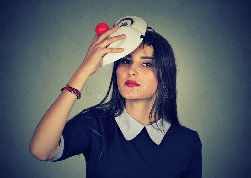 Mujer joven que saca una máscara imágenes de archivo libres de regalías