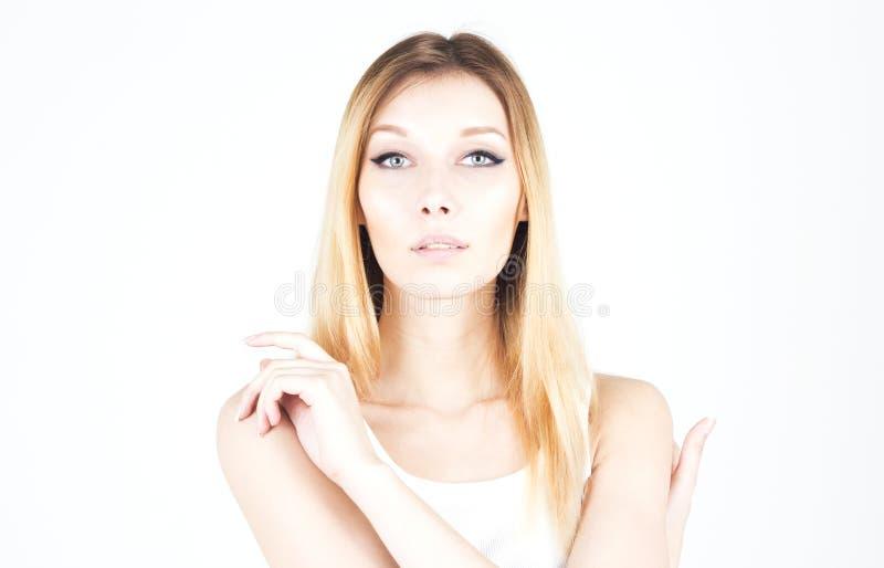 Mujer joven que se abraza Maquillaje permanente Flechas en los ojos fotografía de archivo libre de regalías