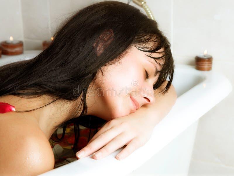 Mujer joven que se baña imagenes de archivo