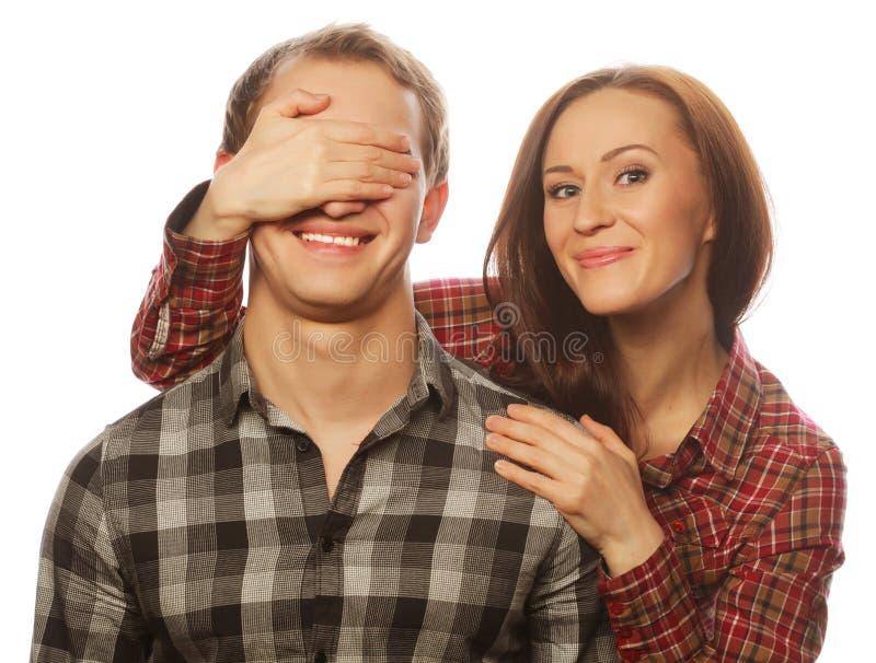 Mujer joven que se cierra los ojos del novio fotos de archivo