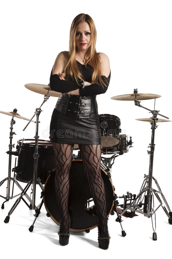 Mujer joven que se coloca delante de drumkit fotografía de archivo libre de regalías