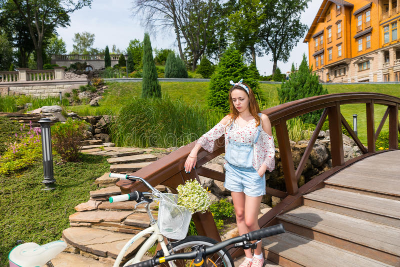 Mujer joven que se coloca en el puente imagenes de archivo