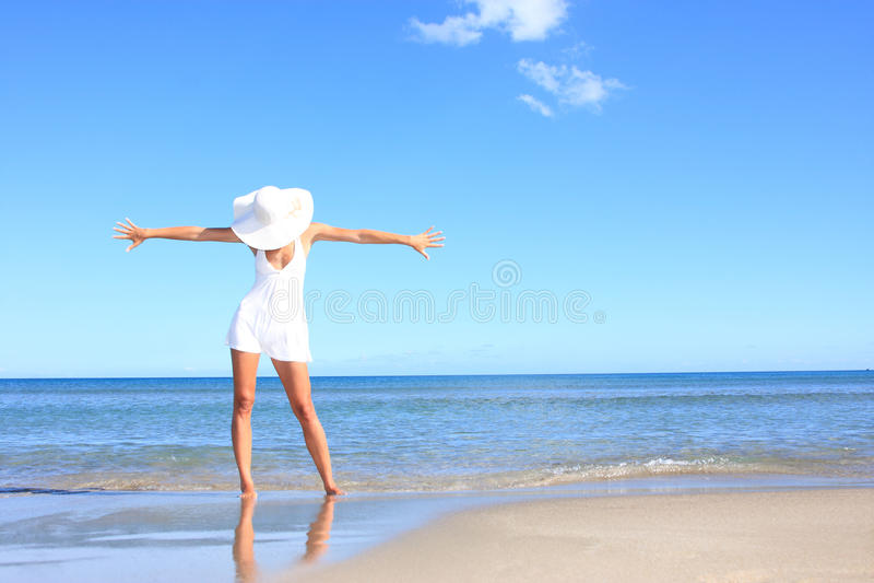 Mujer joven que se coloca en una playa foto de archivo