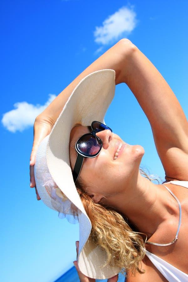 Mujer joven que se coloca en una playa imágenes de archivo libres de regalías