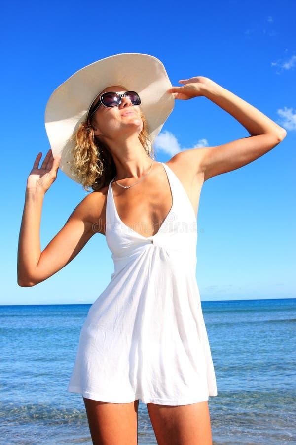 Mujer joven que se coloca en una playa fotos de archivo libres de regalías