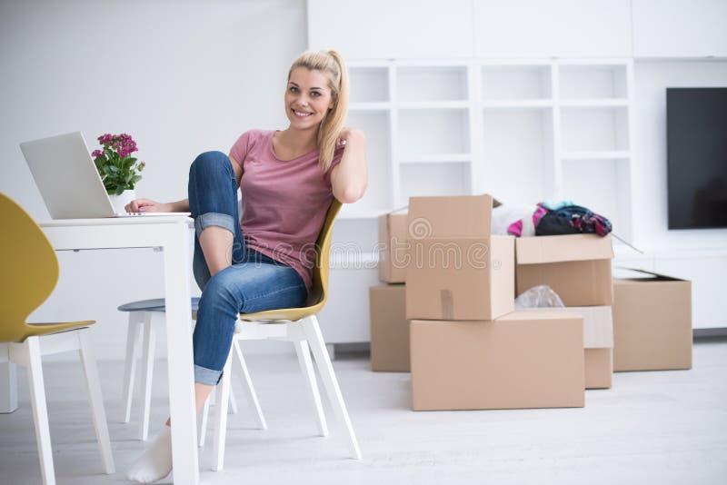 Mujer joven que se mueve en un nuevo hogar fotos de archivo