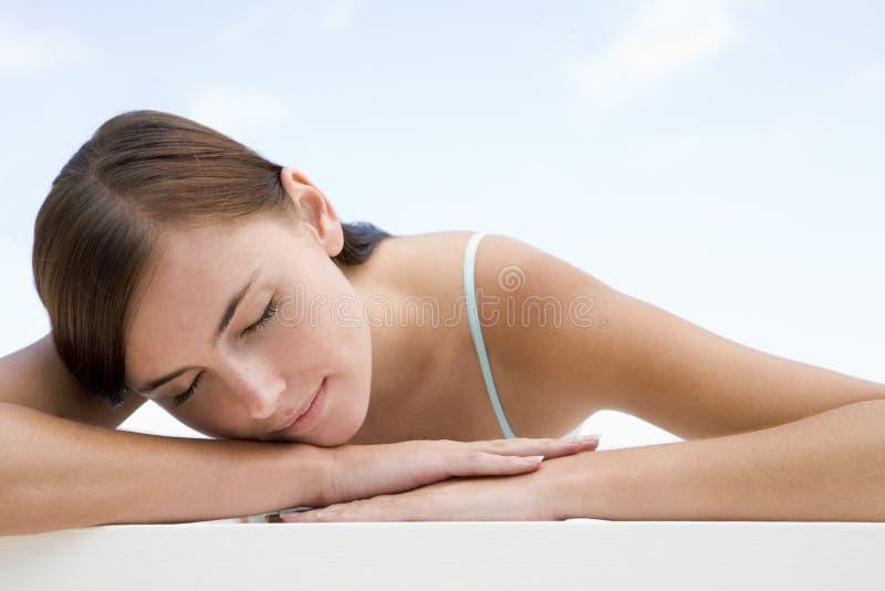 Mujer joven que se reclina afuera fotografía de archivo libre de regalías